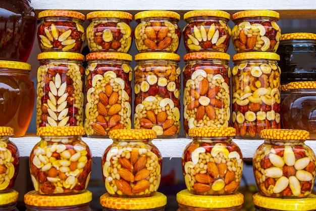Honing met noten en blikjes Premium Foto