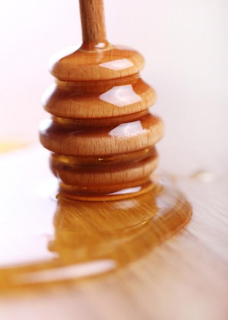 Honing op de houten tafel Gratis Foto