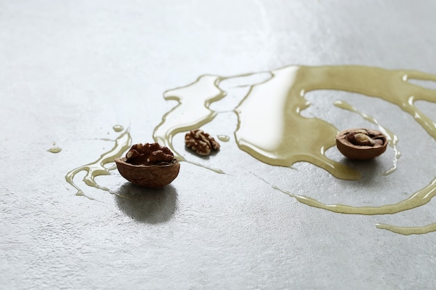 Honing op de tafel met noten Gratis Foto