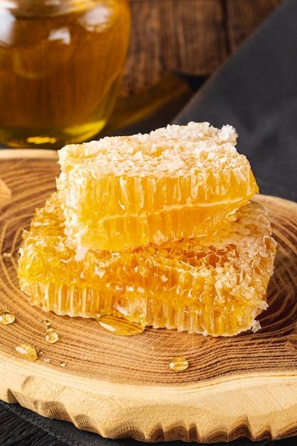 Honingraten op houten schotel Gratis Foto