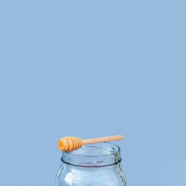 Honingsstok op een kruik met exemplaarruimte Gratis Foto