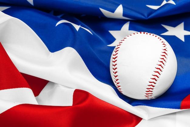 Honkbal met amerikaanse vlag Premium Foto