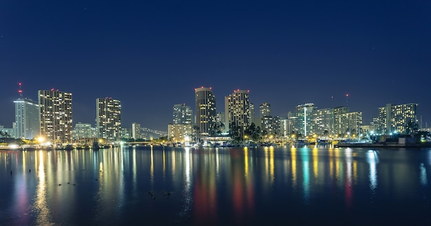 Honolulu centrum 's nachts met strandboulevard Premium Foto