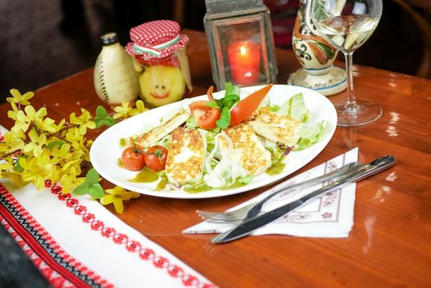 Hoofdgerecht in een restaurant Gratis Foto