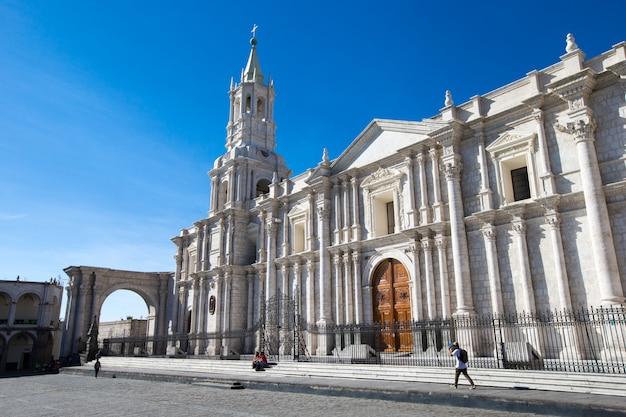 Hoofdplein van arequipa met kerk Premium Foto