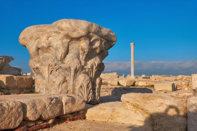 Hoofdstad van antieke kolom bij de archeologische plaats van kourion in cyprus Premium Foto