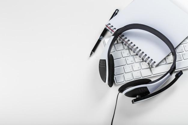 Hoofdtelefoon op laptop van de toetsenbordcomputer Premium Foto