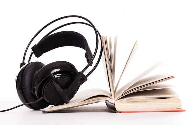 Hoofdtelefoons en boek op een witte achtergrond Gratis Foto