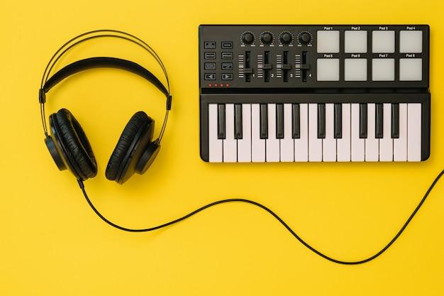 Hoofdtelefoons en muziekmenger op fel geel Premium Foto