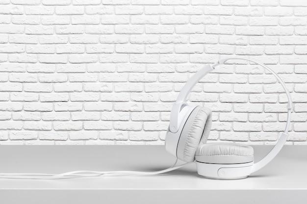 Hoofdtelefoons op witte lijst Premium Foto