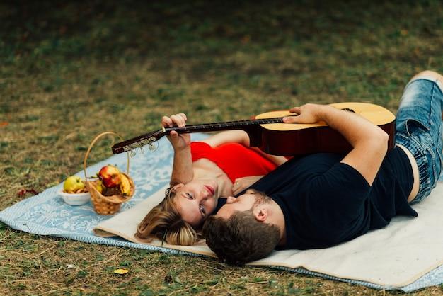 Hoog bekijken paar spelen op klassieke gitaar Gratis Foto