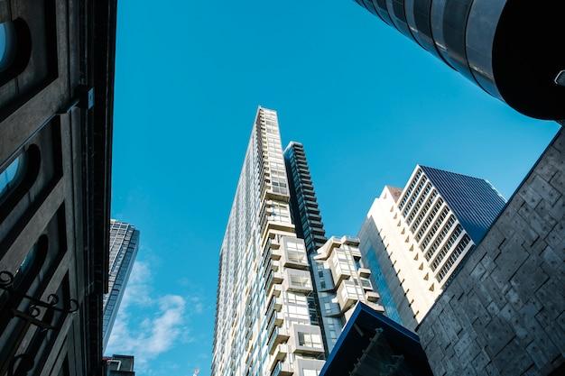 Hoog gebouw en blauwe lucht Gratis Foto