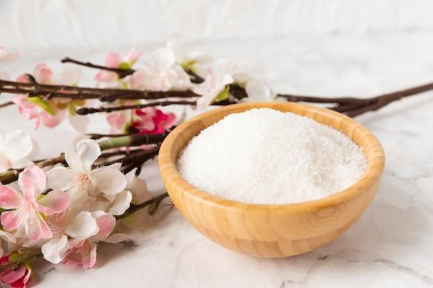 Hoog hoek mineraal zout met naast bloem Gratis Foto