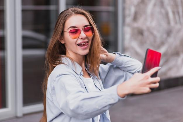 Hoog hoek speels wijfje dat selfies neemt Gratis Foto