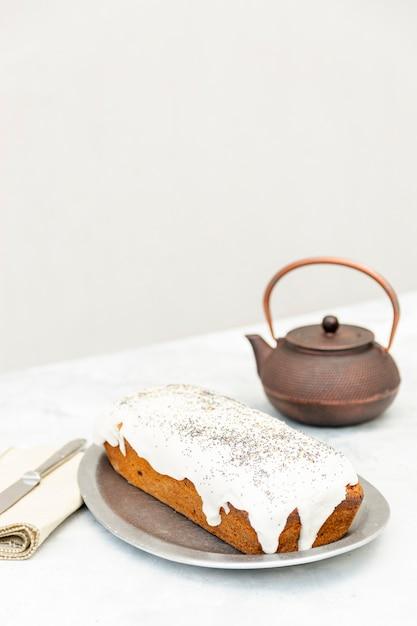 Hoog hoekassortiment met heerlijke cake en oude theepot Gratis Foto