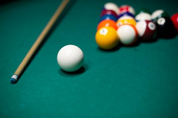 Hoog hoekassortiment met poolballen op tafel Gratis Foto