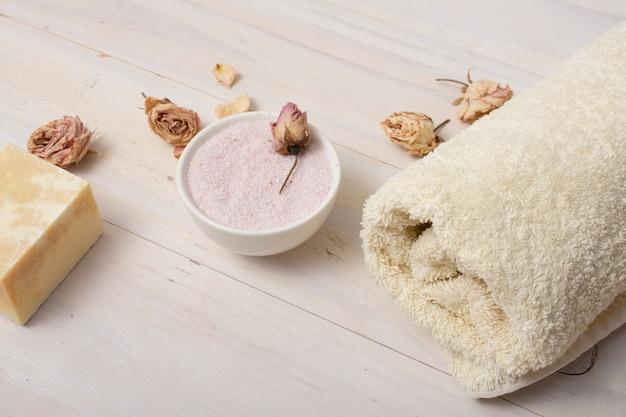 Hoog hoekbadconcept met roze zouten Gratis Foto
