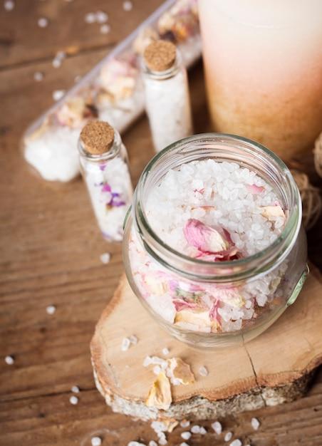 Hoog hoekbadconcept met zouten Gratis Foto