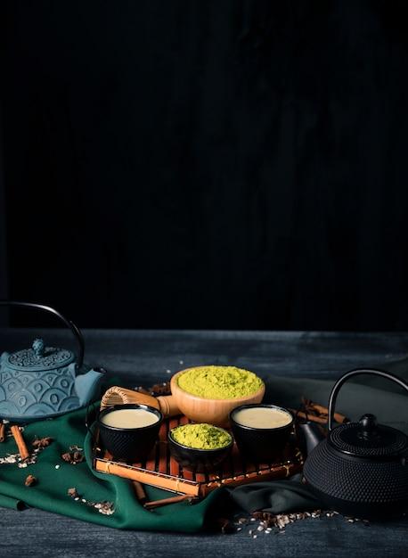 Hoog hoekdienblad met aziatische theematcha Gratis Foto