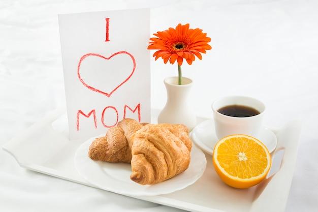 Hoog hoekontbijt op bed op moederdag Gratis Foto