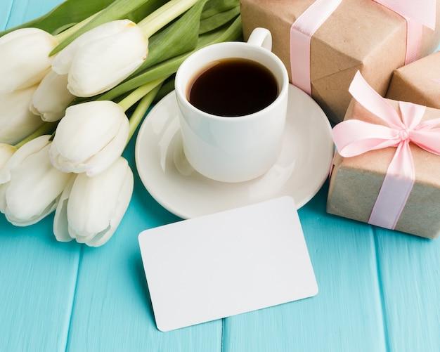 Hoog meningsboeket van tulpenbloemen met ochtendkoffie Gratis Foto