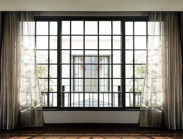 Hoog raam- en gordijninterieur met zonlicht van buiten naar woonkamer Premium Foto
