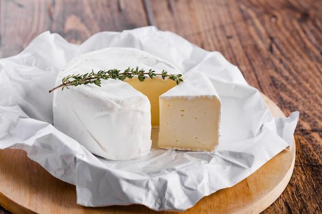 Hoog stuk stuk kaas met mes Gratis Foto