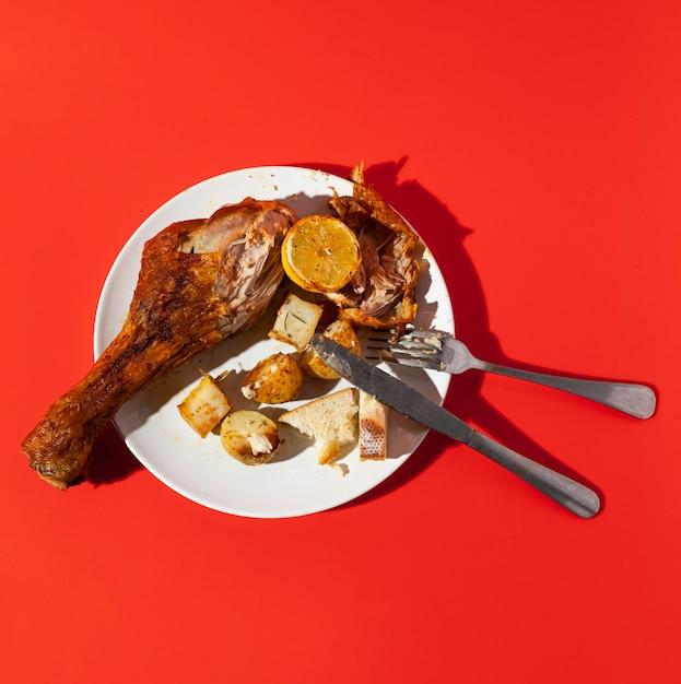 Hoog uitzicht overgebleven kip en bestek Gratis Foto