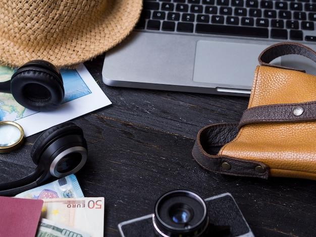 Hoog zicht met laptop en reizende accessoires Gratis Foto