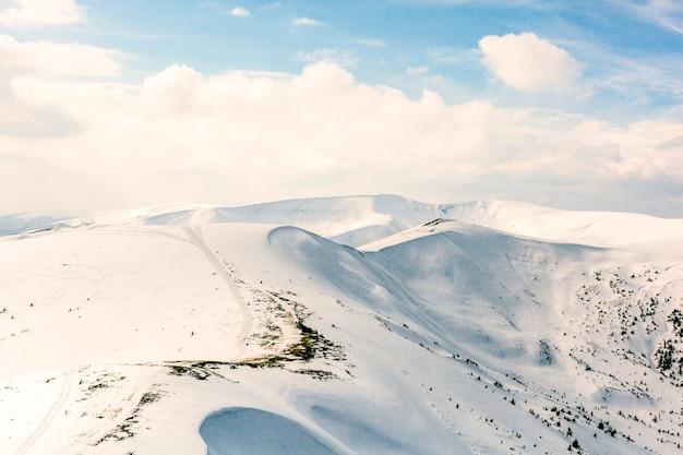 Hooggebergte onder sneeuw in de winter Gratis Foto