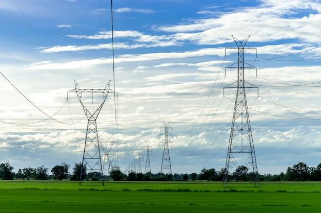 Hoogspannings elektrische paal, hoogspannings macht paal op blauwe hemel Gratis Foto