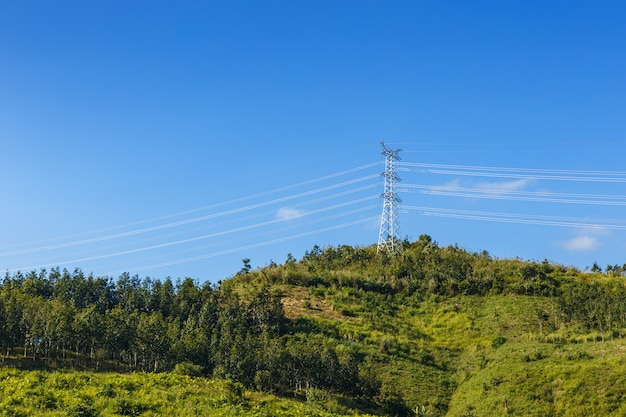 Hoogspannings elektrische transmissie toren energie pyloon Premium Foto