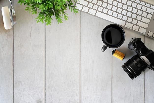 Hoogste die mening van de werkplaats van de bureauw fotograaf met toetsenbordcomputer en exemplaarruimte wordt geschoten. Premium Foto