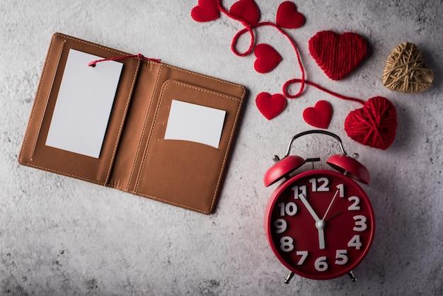 Hoogste mening lege witte kaart op portefeuille en hartgift Gratis Foto
