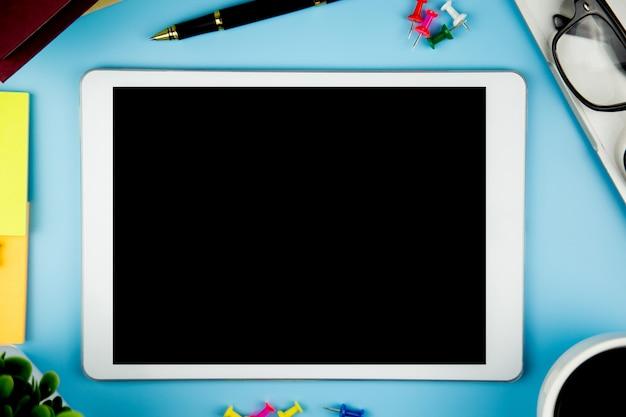 Hoogste mening met lege spot op tablet op bureau het werk ruimte. Premium Foto