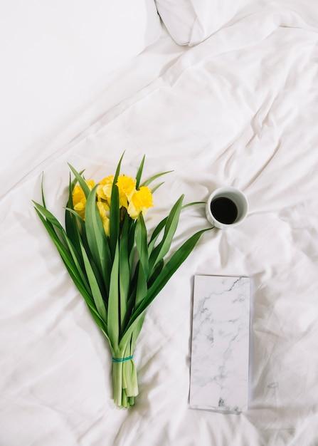 Hoogste mening van bloemen in bed Gratis Foto