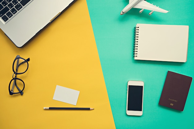 Hoogste mening van bureau met laptop leeg notitieboekje Premium Foto