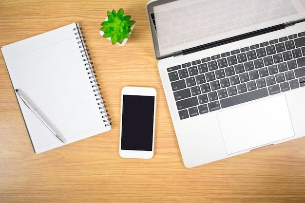 Hoogste mening van computers, laptops en apparaten op een modern stijl houten bureau. Premium Foto