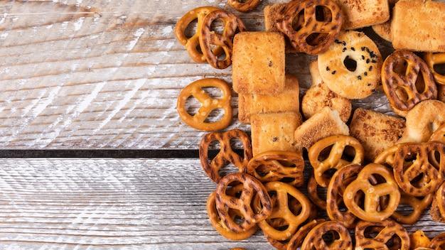 Hoogste mening van crackers en koekjes met exemplaarruimte op witte houten horizontaal Gratis Foto