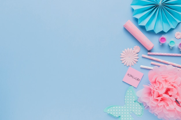 Hoogste mening van de decoratieve kunst van de origamiambacht op blauwe achtergrond Gratis Foto