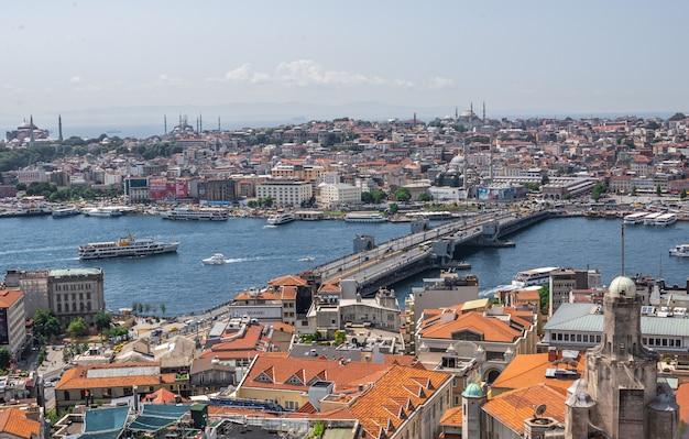 Hoogste mening van de stad van istanboel en galata-brug in turkije Premium Foto