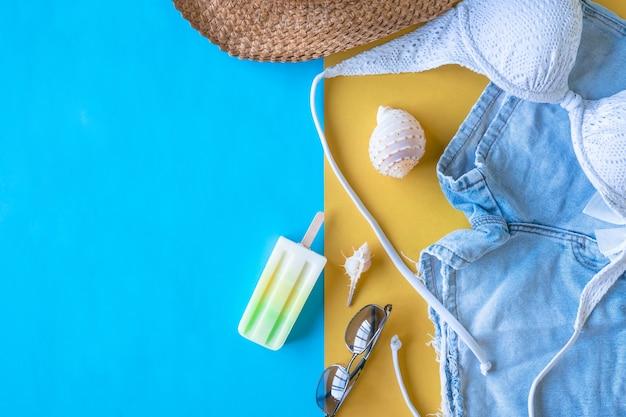 Hoogste mening van de toebehoren van de strandzomer op kleurrijke achtergrond, vakantie en reispunten. Premium Foto