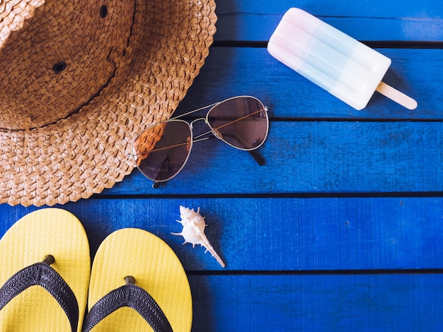 Hoogste mening van de zomertoebehoren op blauwe houten vloer. Premium Foto