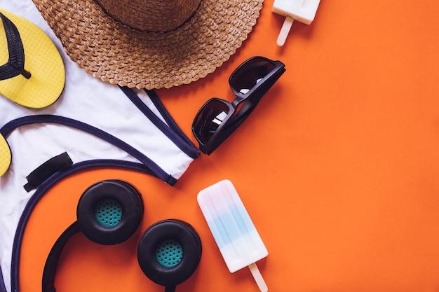 Hoogste mening van de zomertoebehoren op oranje achtergrond. kopie ruimte Premium Foto