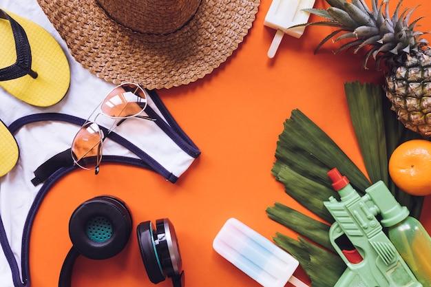 Hoogste mening van de zomertoebehoren op oranje achtergrond Premium Foto