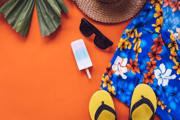 Hoogste mening van de zomertoebehoren op oranje achtergrond. Premium Foto