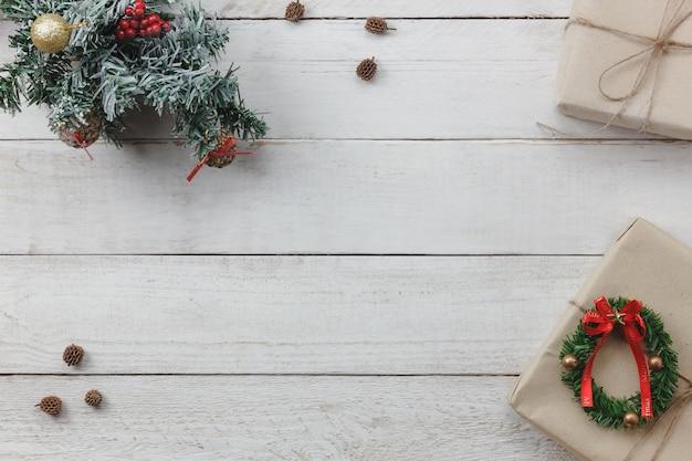 Hoogste mening van decoratie gelukkig nieuwjaar en de vrolijke achtergrond van kerstmis mengeling essentieel van toebehoren voor seizoen. verschillende voorwerpen op modern rustiek wit houten bureau. ruimte voor creatief woord. Premium Foto