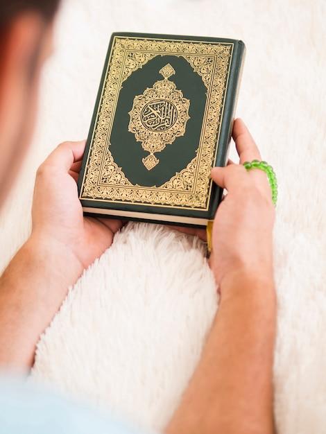 Hoogste mening van een mens die quran houdt Gratis Foto
