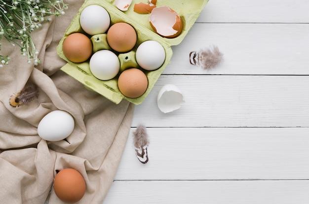 Hoogste mening van eieren in karton voor pasen met installatie en exemplaarruimte Gratis Foto