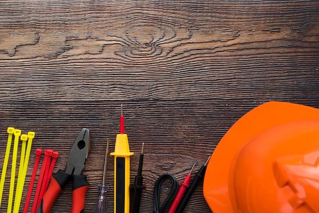 Hoogste mening van elektrisch materiaal op houten achtergrond Gratis Foto